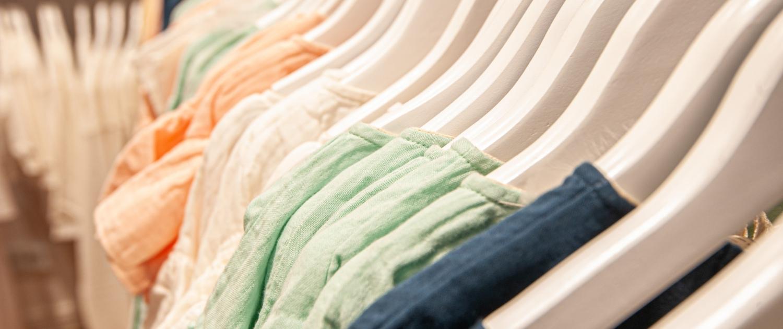 Kleiderbügel im Laden von Gans Glückselig
